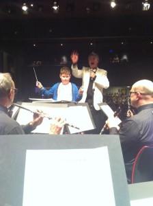 Youri van Pinxteren dirigeert de Radetsky March  foto: Ton Husson