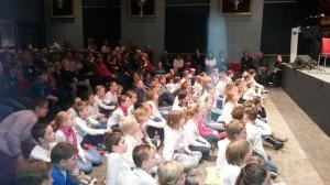 de kids luisteren aandachtig in afwachting van hun allereerste optreden... foto: Ton Husson